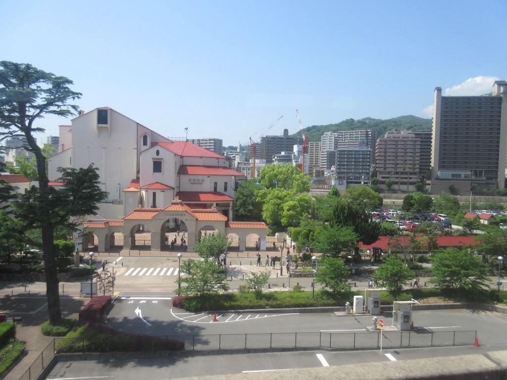 阪急電車からの宝塚大劇場
